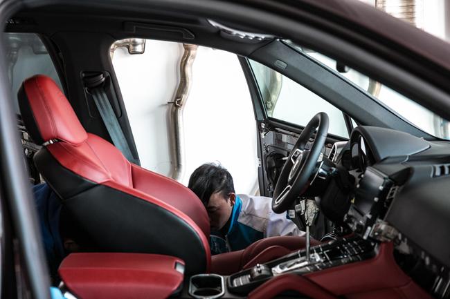 保时捷卡宴的豪跑车血统在车迷里的人气不用多言。这款豪车显得无比尊贵、时尚,却也不可避免地带有许多跑车的特质。因此也成为世界上速度最快的越野车,成为了越野世界中的一个飞驰的辣椒。在西班牙语中,cayenne是辣椒的意思。而这款著名跑车生产厂家在生产的时候,外在的桃红木妖艳车身漆,像极一支火辣辣的辣椒,吸引着人们的目光。  有一种美是蜕变而来,内饰经过改装后的保时捷卡宴,拥有有了全新的生命,外在的桃红木色车漆与内在的樱桃红内饰相结合,这是一种难以抵挡的诱惑,一种蜕变后的新生,一种生命在寻找极致之美的过程