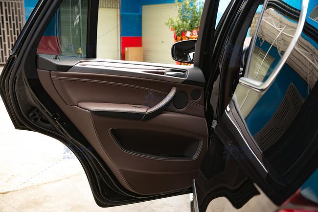 座椅包真皮   麂皮绒后备箱   宝马三色安全带 改装地点:   深圳车