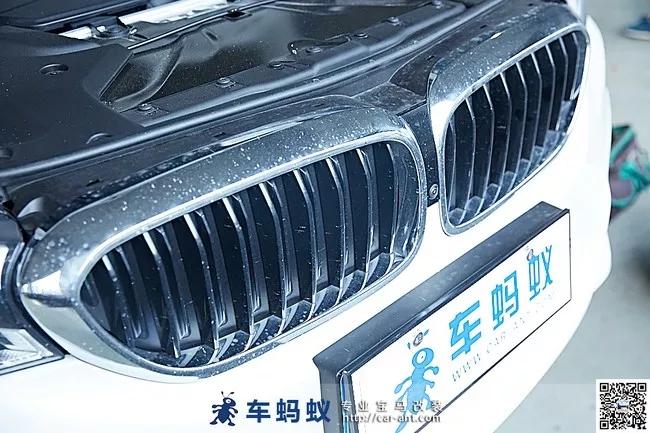 18款宝马5系530M运动型改装升级M Performance款碳纤维中网  灵感来源于18款M5 M Performance Parts车型  18款宝马5系改装升级M Performance款碳纤维中网,就在三个月前的4月份,宝马正式发布了M5 M Performance套件版车,新车相比普通版M5在外观设计上再次得到升级,使得整体视觉效果得到提升。  M5 M Performance外观设计升级增加了诸多碳纤维外饰材料,其中就包含了碳纤维中网。目前来讲,在18款宝马5系中拥有碳纤维中网的车型也只有M