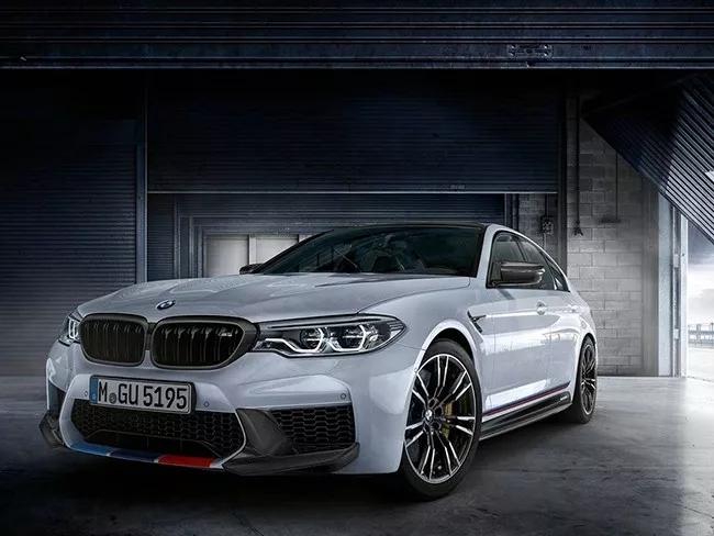 18款宝马5系改装升级M Performance款碳纤维中网,就在三个月前的4月份,宝马正式发布了M5 M Performance套件版车,新车相比普通版M5在外观设计上再次得到升级,使得整体视觉效果得到提升。